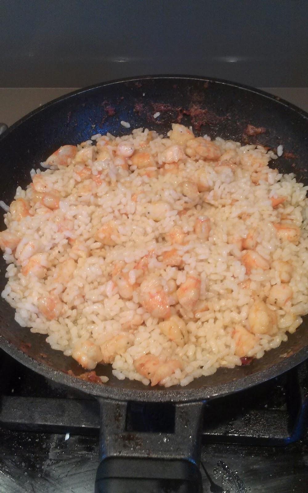 Tomates rellenos de arroz y langostinos
