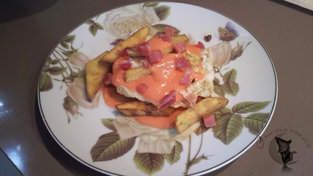 Huevos con salmorejo, berenjenas y jamon.