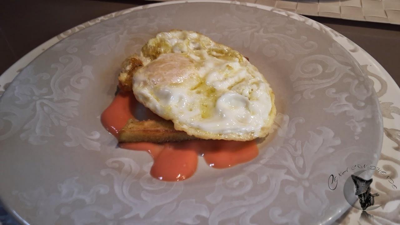huevos con salmorejo, berenjenas y jamon
