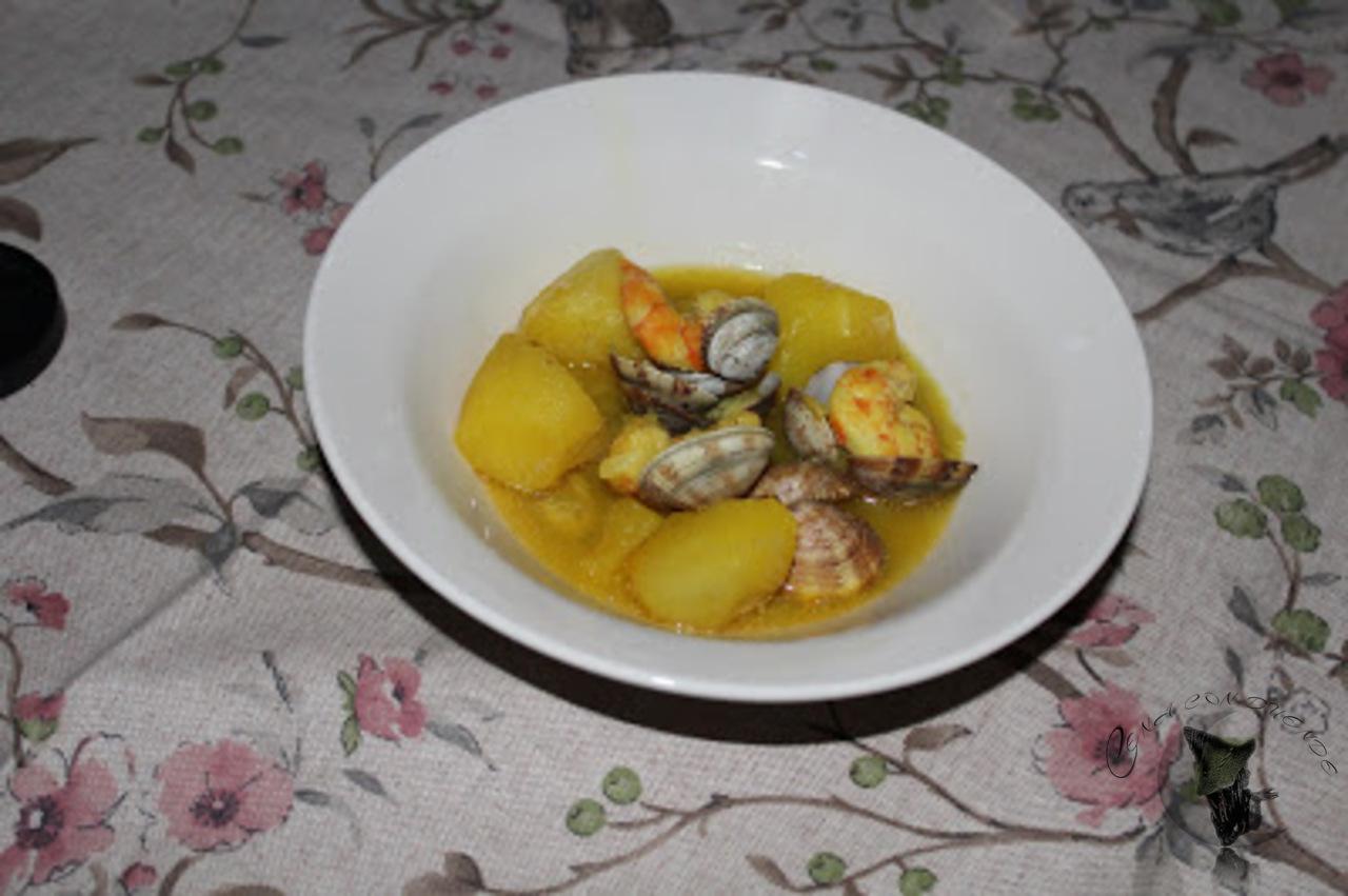 patatas con langostinos y almejas