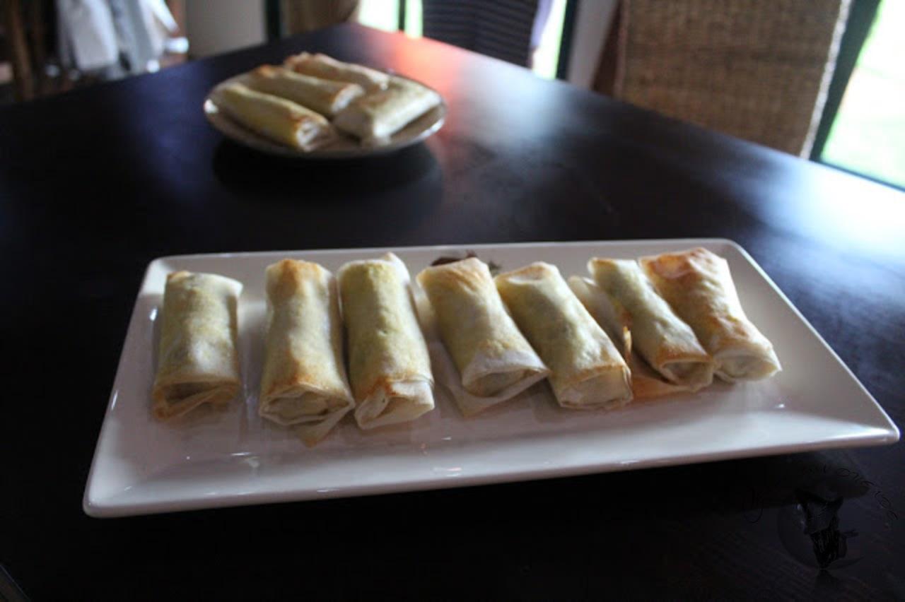 Rollito de salchichas alemanas, con crema de puerros, cebolla y queso.