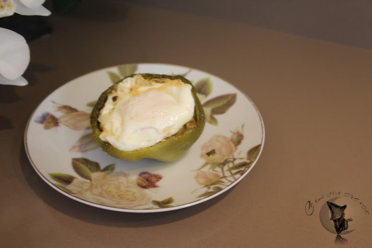 Pimientos rellenos de pollo al teriyaki y berenjenas, cerrado con un huevo.