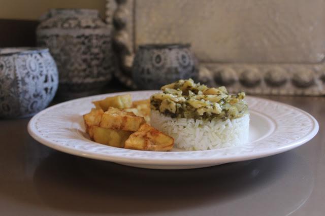 Bacalao al cilantro, con berenjenas y pepino en tempura de cerveza.