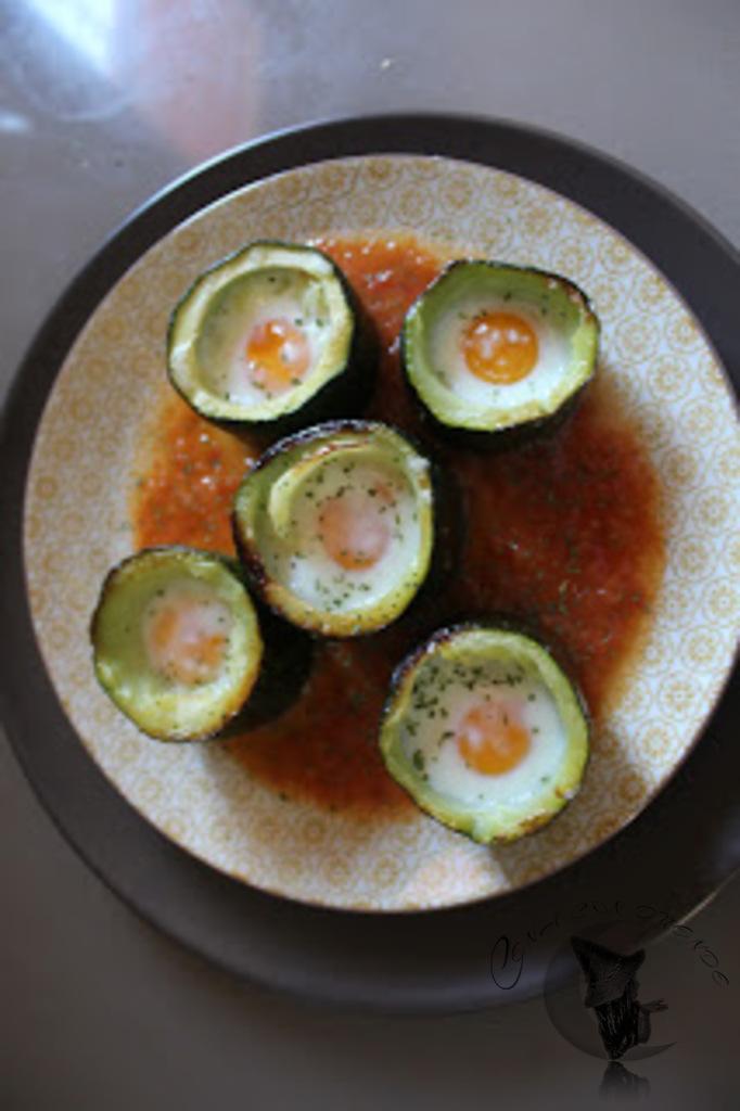 huevo de codorniz sobre calabacin al horno