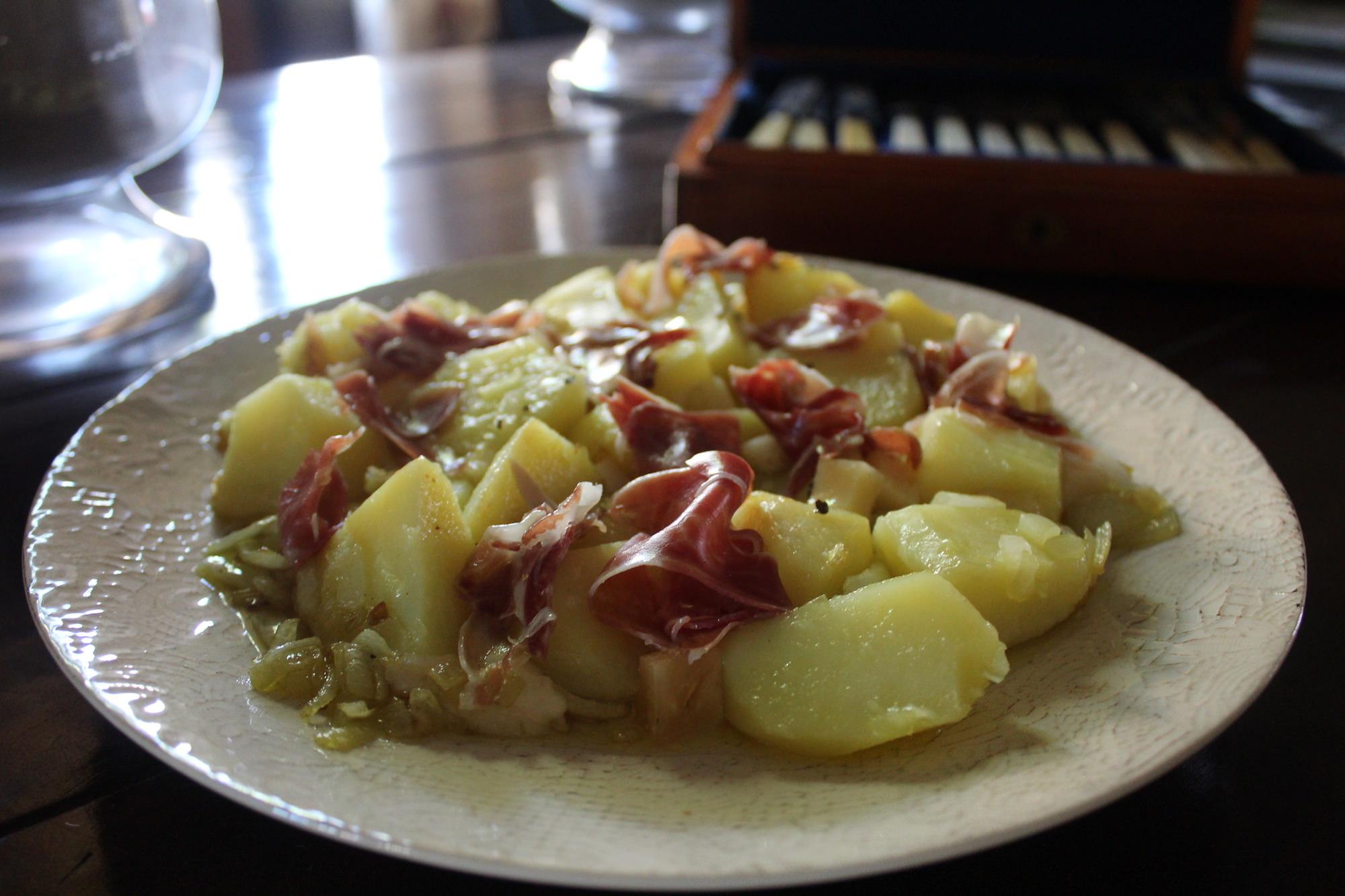 Ensalada de patatas, jamón y queso.