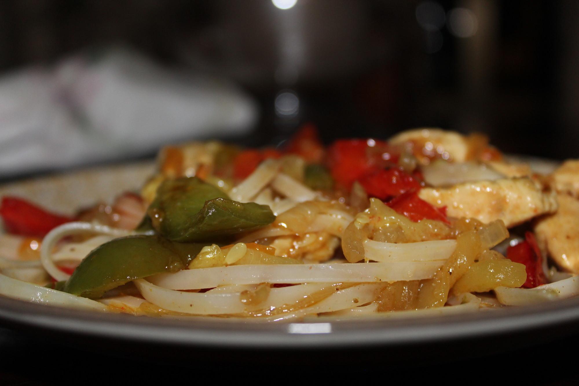 Fideos de arroz con verdura y pollo