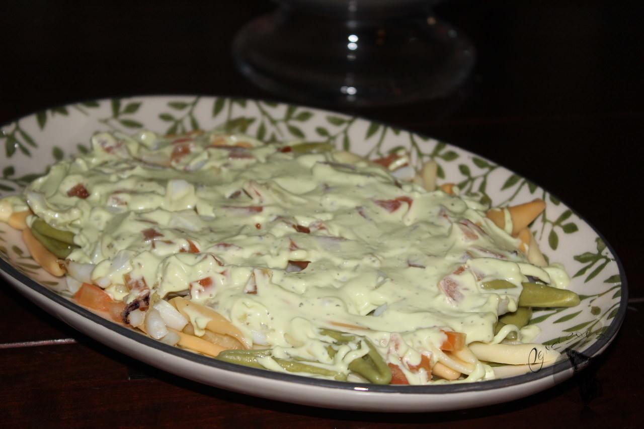 Ensalada de pasta, con mayonesa de aguacate