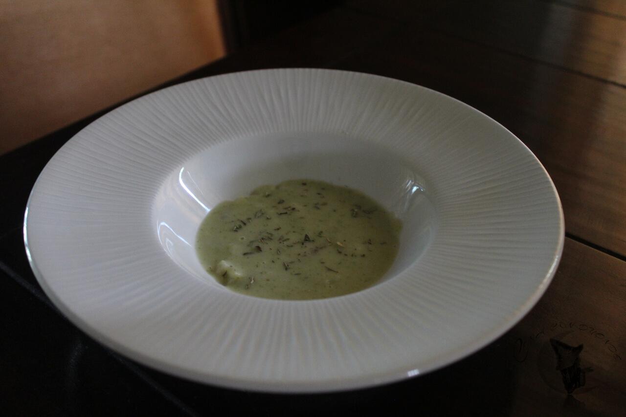 Crema de Brócoli con guarnición de queso curado, patatas y pollo aromatizado.