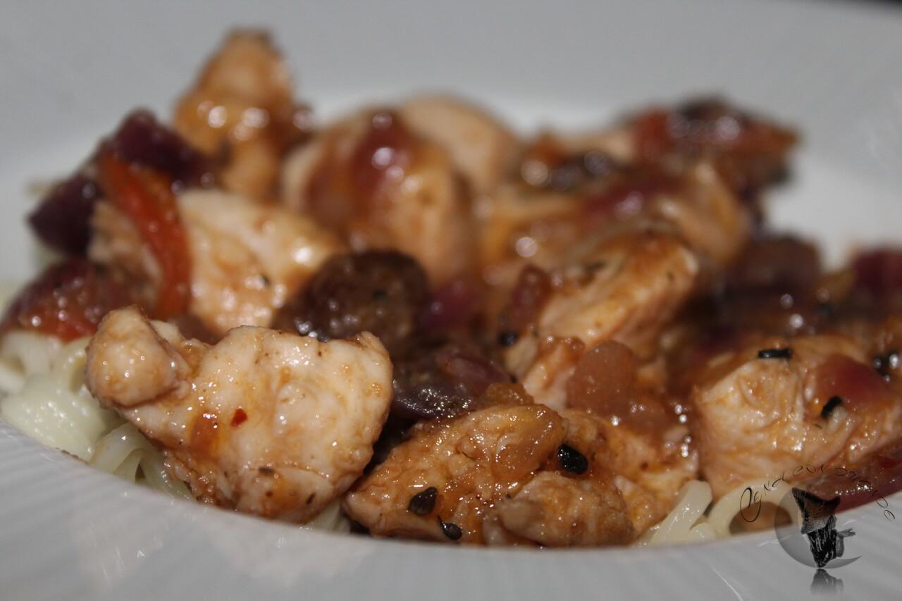 Pollo con miel y pasas, acompañado de fideos orientales.