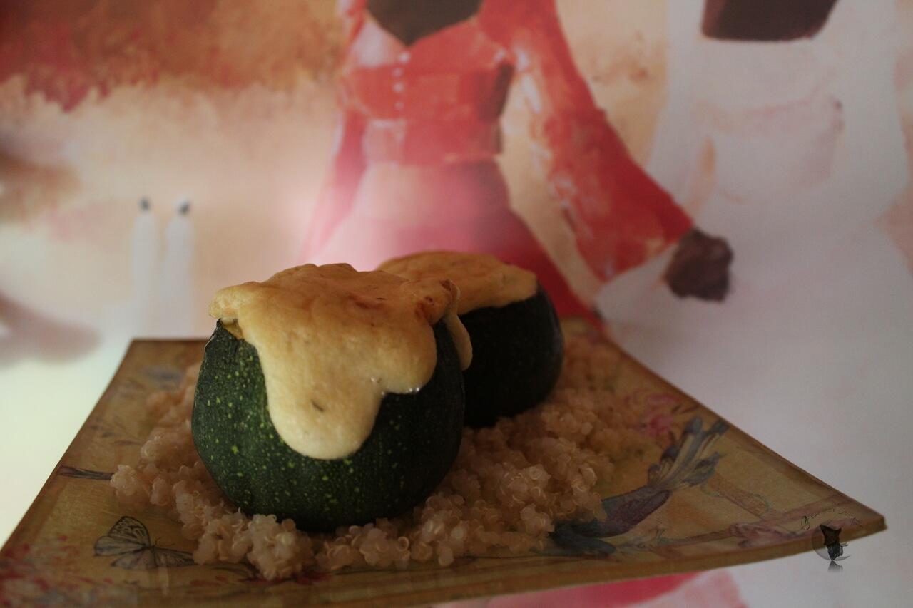 Calabacín relleno de salmón y brócolis, con crema de coco, soja y mostaza.