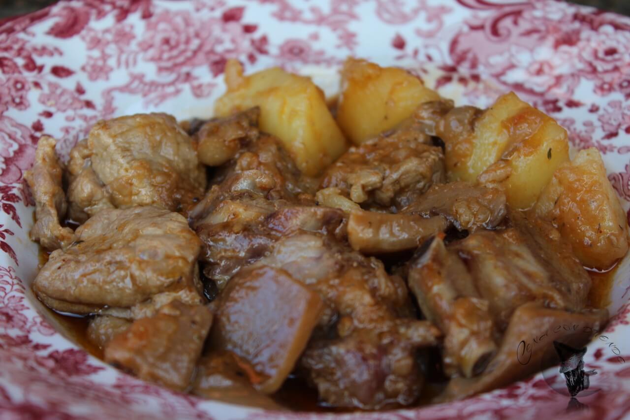 Estofado de costillas, setas y patatas.