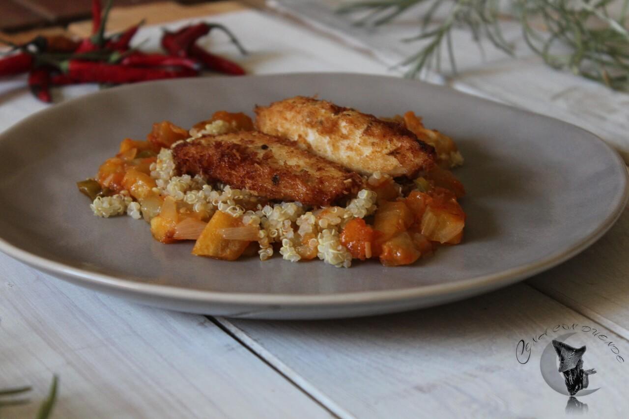 Pollo macerado en cerveza y envuelto en Panko, sobre quinoa y berenjenas en tomate.
