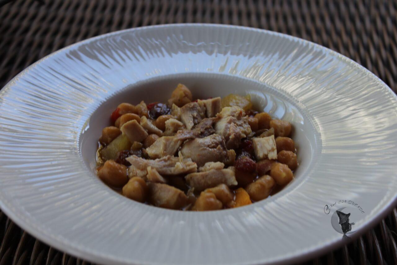Pollo con garbanzos, pasas y pipas.