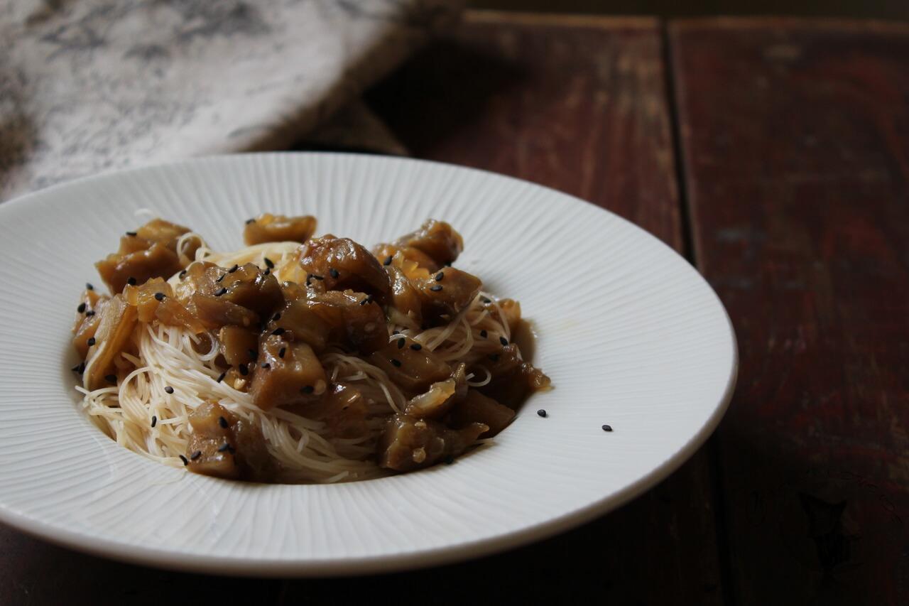 Fideos de arroz con berenjenas, soja y miel.