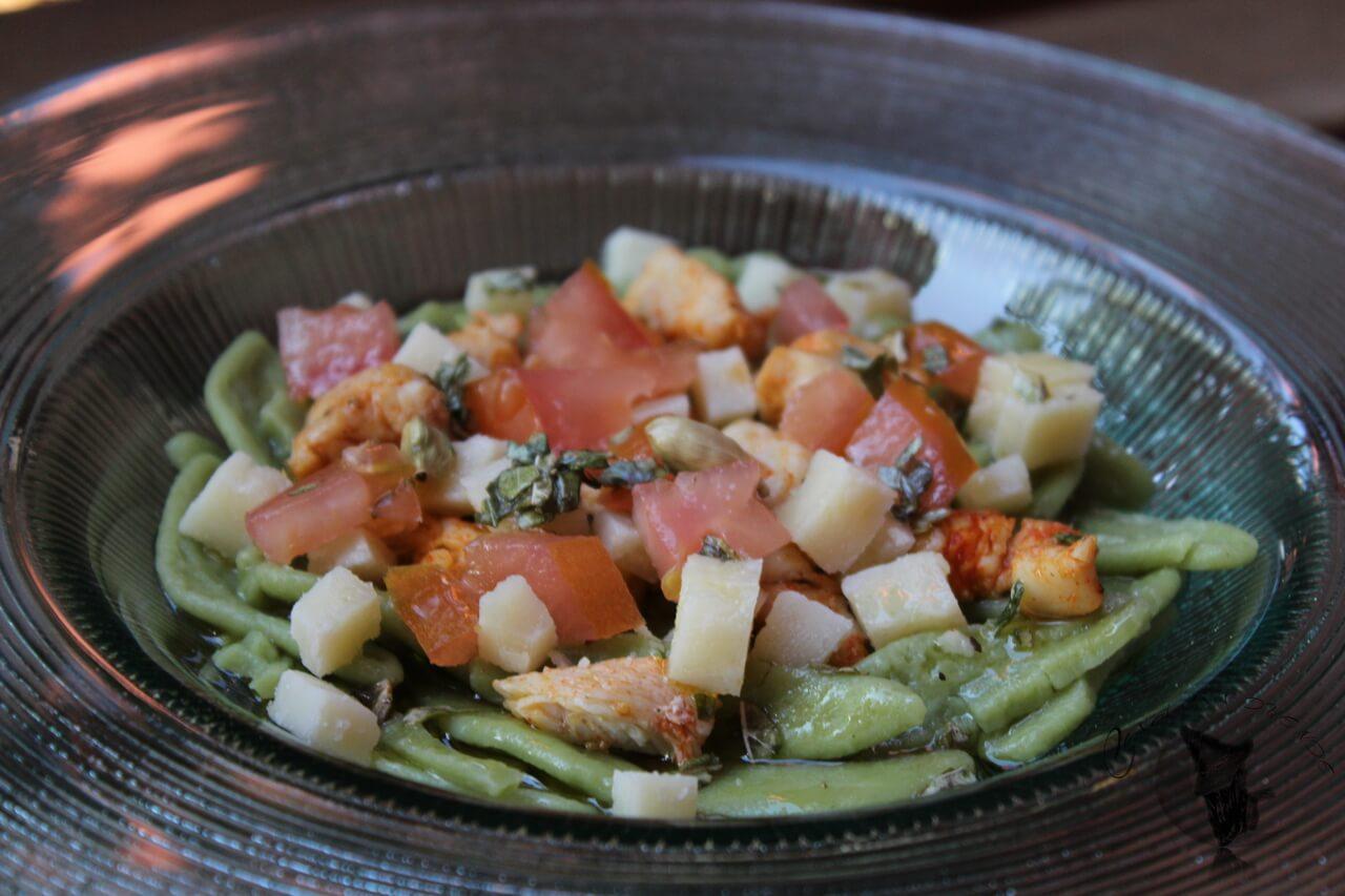 Ensalada de pasta de espinacas con pollo al pimentón y queso.