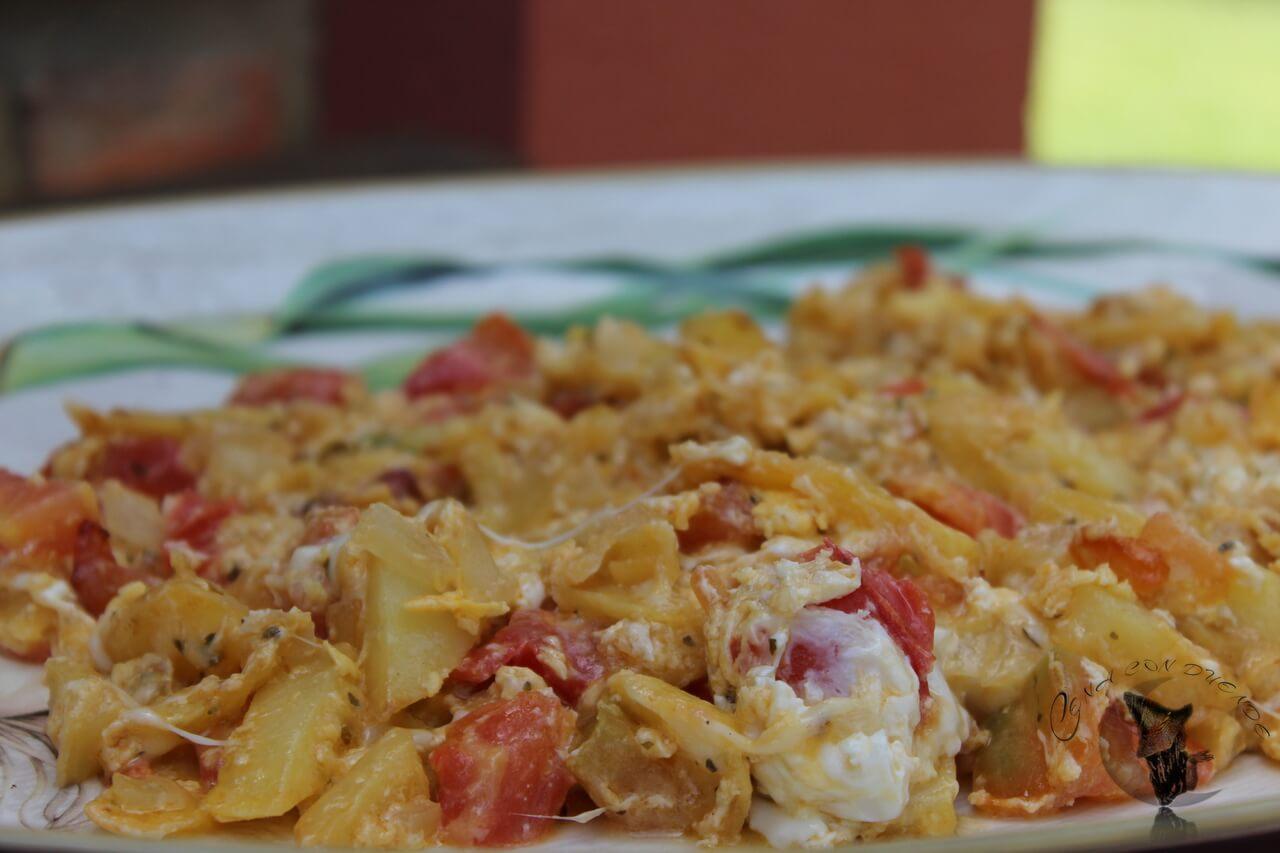 Revuelto de patatas, tomate y mozzarella.