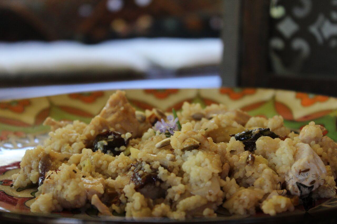 Cous cous en leche de coco, con pollo, calabacín y ciruelas.