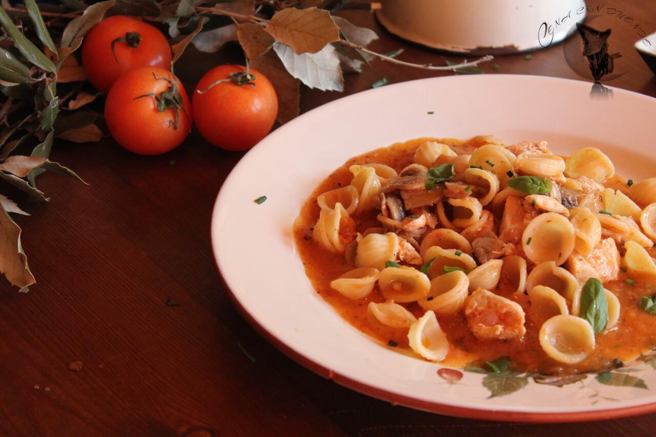 Pasta corte Orecchiette con pollo y champiñones en salsa.