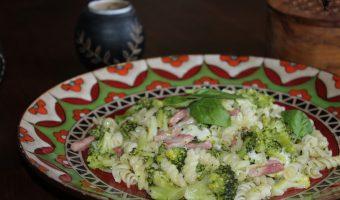 Pasta con brócoli y mozzarella.