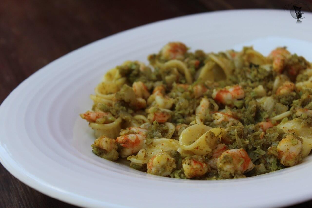 Pasta con langostinos y granos de brócoli al curry