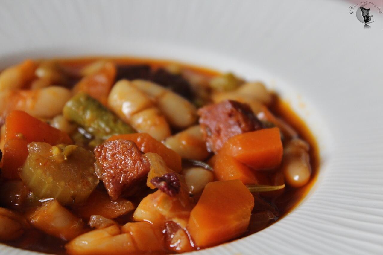 Guiso de verduras con alubias, chorizo y morcilla.