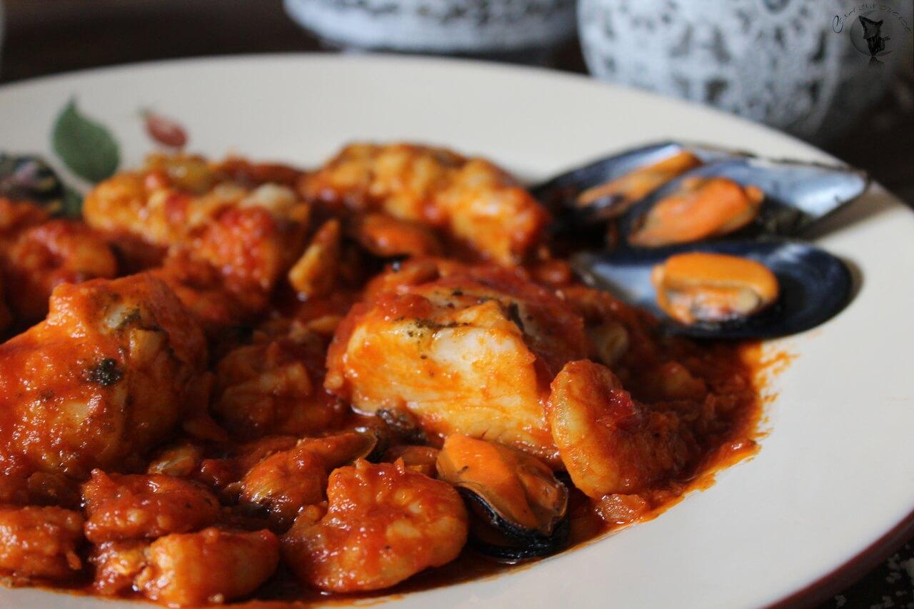 Merluza con langostinos y mejillones, en salsa de tomate.